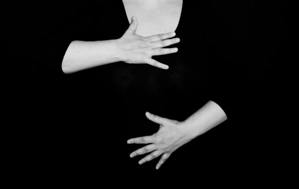 Åndedræt, kvinde holder hånd på maven og på brystet