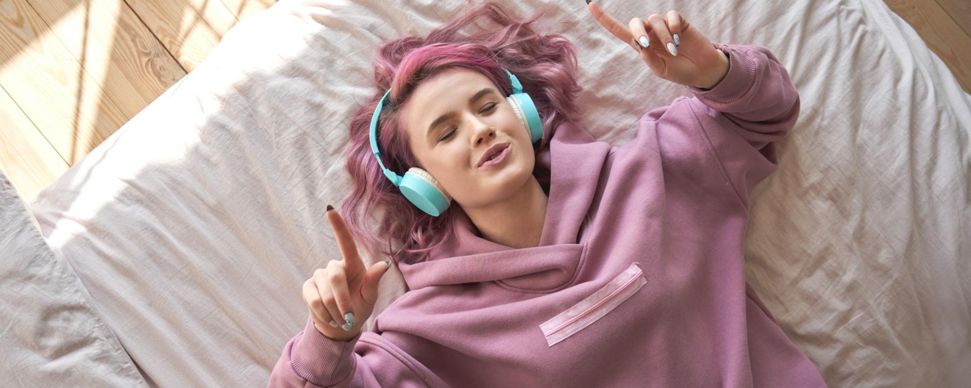 Pige lytter til musik