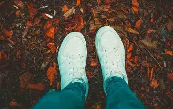 ben med hvide sko set oppefra