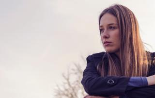 Kvinde udenfor, efterår ser deprimeret og trist ud