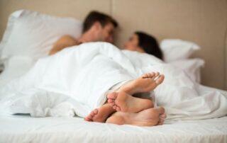 Mand og kvinde i sengen utroskab